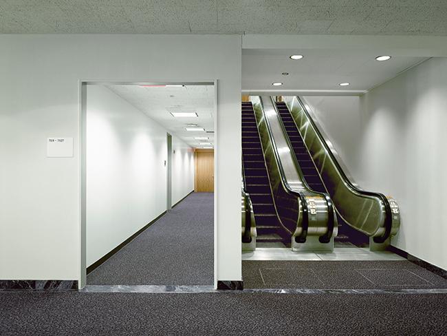 Daniel Mirer | Office Hallway, New York, NY | Digital C-print | 30 x 40 in. | Courtesy of Daniel Mirer/Long Island University and Gallery Vassie, Amsterdam.